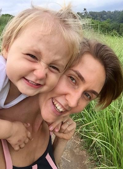 Жена с дочкой смеются