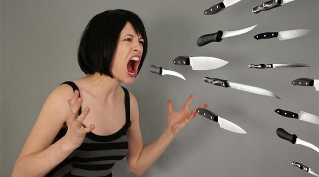 Девушка кричит и ножи летят