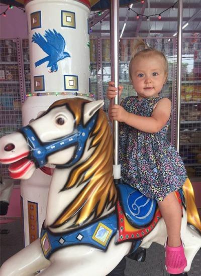 Дочь любит кататься на аттракционах