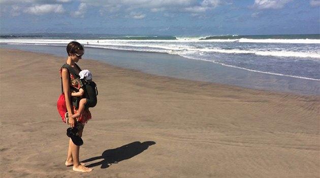 Молодая мама с ребенком у океана