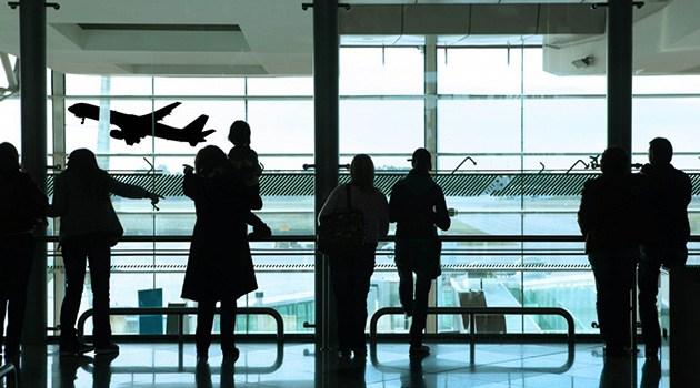 Люди ждут самолета
