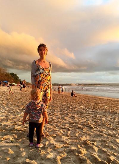 Жена и дочь стоят на песке
