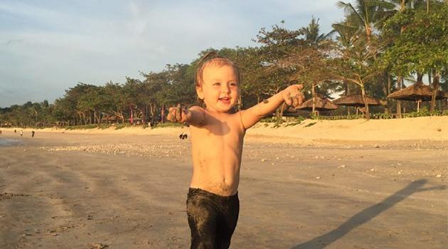 Девочка бежит по пляжу