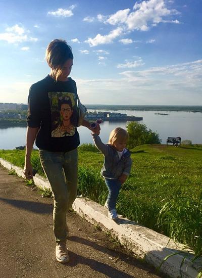 Мама с дочкой гуляют