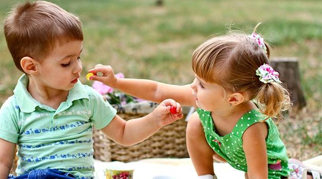 Дети делятся конфетой