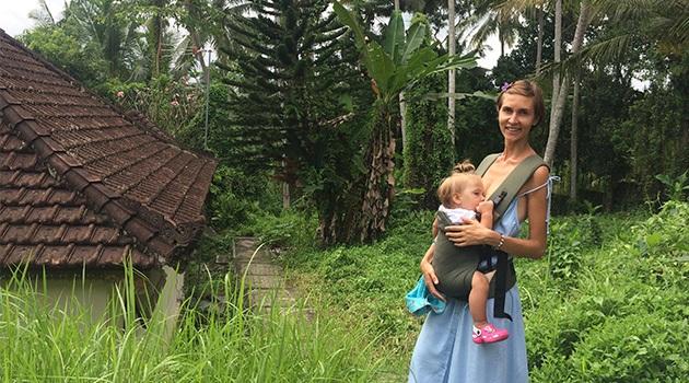 Девушка с ребенком кормит грудью
