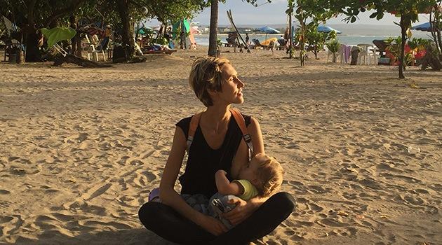 Жена кормит грудью ребенка