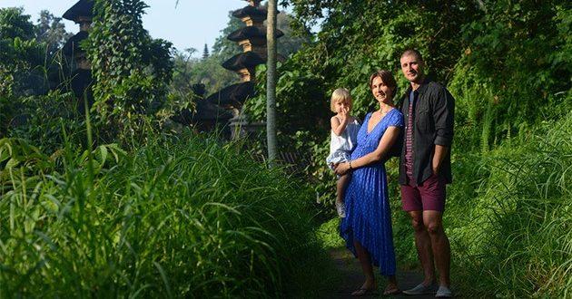 семья на фоне природы