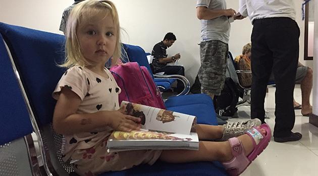 Дочка читает книги