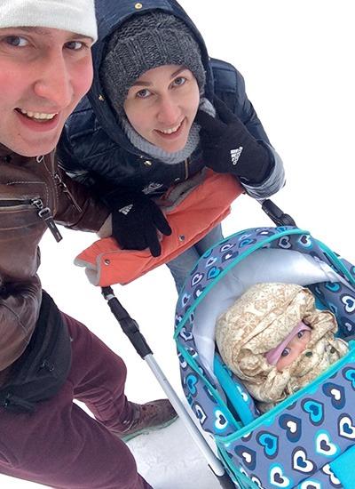 семья гуляет зимой