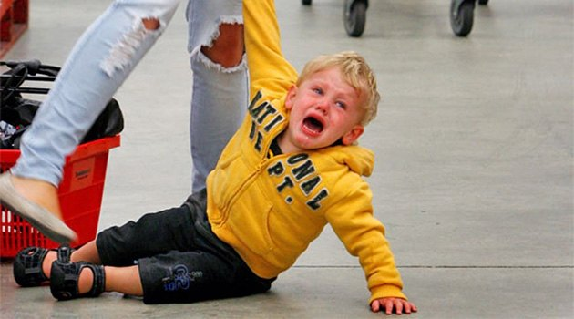 Мальчик бьется в истерике в магазине