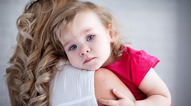 Дочка успокаивается у мамы на плече