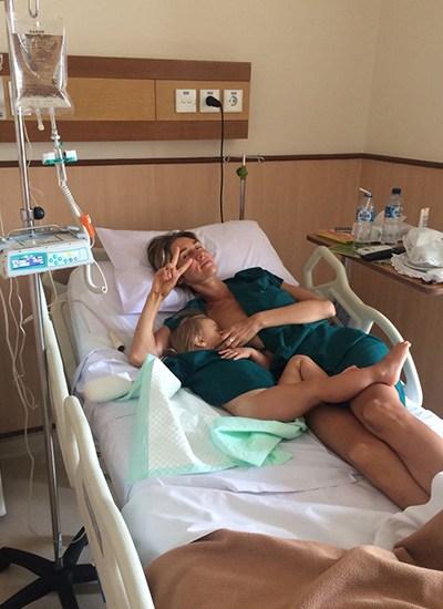 ребенок и мама лежат на больничной койке