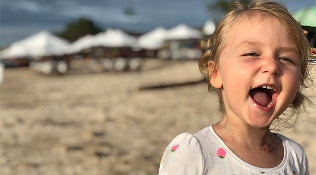 Девочка смеется и радуется