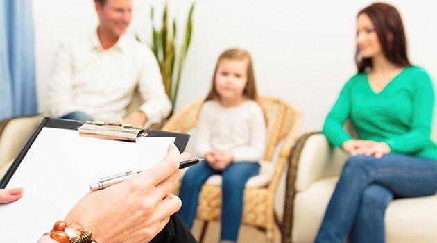 Психолог беседует с семьей
