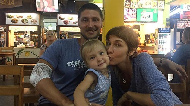 папа, мама и дочь сидят за столом