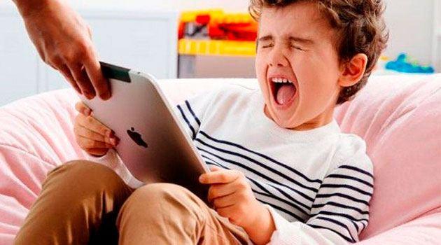 ребенок кричит, когда у него забирают планшет