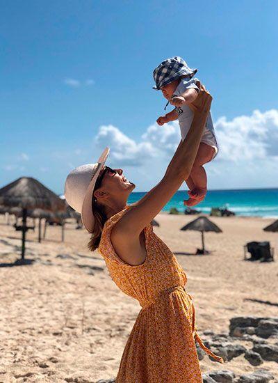 мама с малышом на пляже